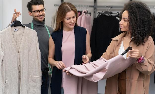 Персональный покупатель помогает покупателю