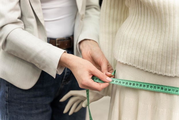 Personal shopper che misura i vestiti