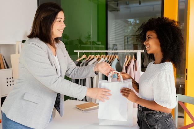 Personal shopper in ufficio con il cliente