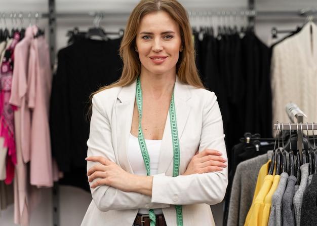 Personal shopper in negozio funzionante
