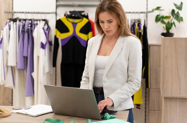 Personal shopper con laptop