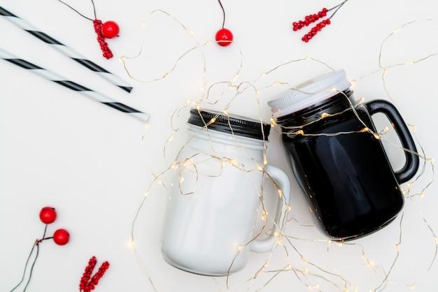 白い背景の上のパーソナライズされたティーカップ、マグカップ、クリスマスプレゼント