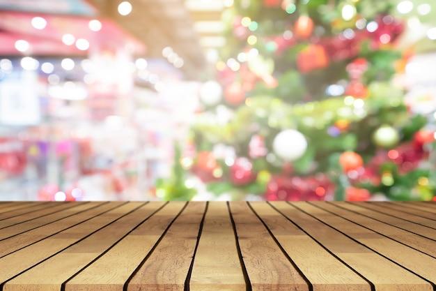 제품에 대한 관점 빈 나무 테이블과 크리스마스 트리 흐림 장식 배경