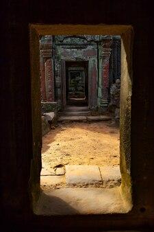 カンボジア、アンコールワットの古代の出入り口の展望