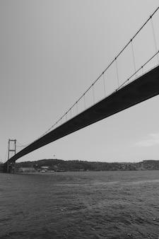 トルコ、イスタンブールのボスポラス海峡に架かるファティスルタンメフメット橋の展望。黒と白の画像