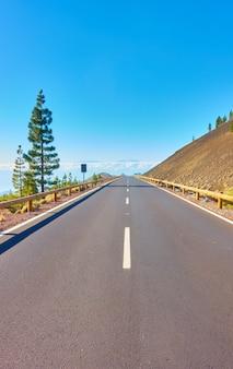 Перспектива шоссе в высокогорье тенерифе. канарские острова, испания