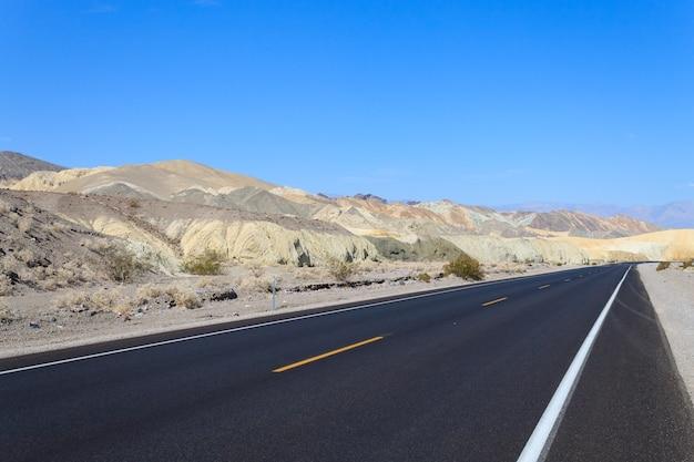 米国カリフォルニア州デスバレー国立公園からの遠近法道路
