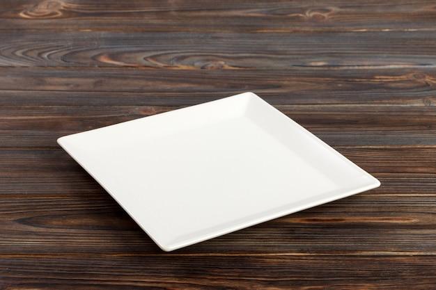 투시도 흰색 나무 테이블에 사각형 접시