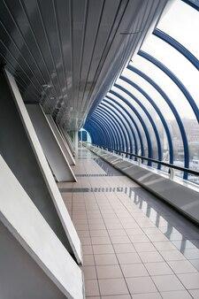 Перспективный вид на современный закрытый мост