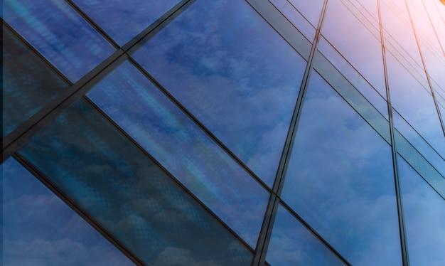 Взгляд перспективы современного футуристического стеклянного строя абстрактной предпосылки. экстерьер офисного стекла здания архитектуры. отражение в прозрачном стекле организации бизнеса.