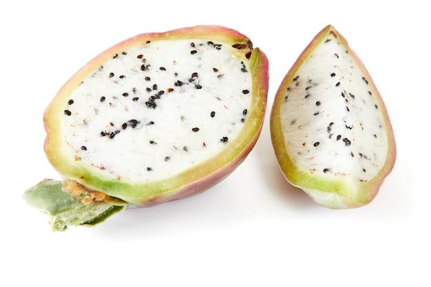 Плоды кактуса перуанского яблока изолированные на белой предпосылке. научное название cereus repandu