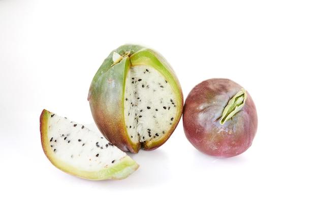 白い背景で隔離のペルーのリンゴサボテンの果実。学名cereusrepandu