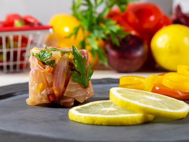 Перуанский севиче - традиционное блюдо, которое употребляют в перу. метод приготовления отличается от других мест, с использованием лимона, рыбы, картофеля, лука, морских водорослей, кукурузы, перца чили, имбиря, молока, сладкого картофеля.