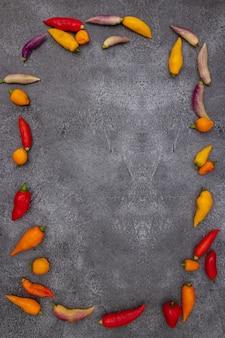 Перуанский перец чили различных цветов на серой поверхности