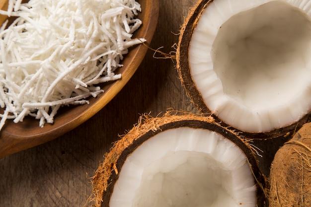 Перуанские кокады. традиционный кокосовый десерт на деревянных фоне