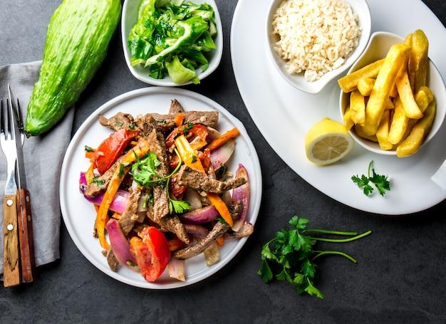 Перуанское блюдо на сковороде с картофелем фри
