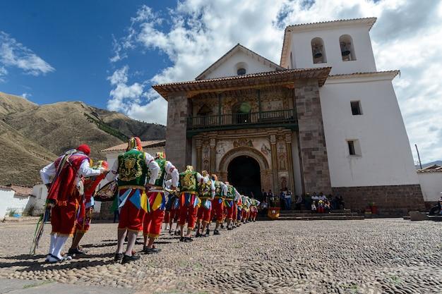 페루 쿠스코 근처 안다와일릴라의 사도 산 페드로의 페루 민속 무용 교회