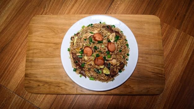 ペルー料理arrozchaufa、野菜とさまざまな肉のチャーハンのプレート