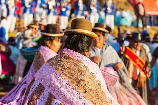 도시 거리에있는 페루 사람들