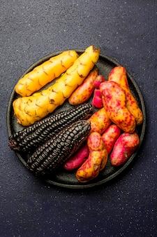 ブラックコーンとサツマイモを調理するためのペルーの原材料