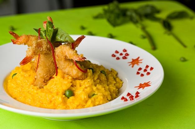 Традиционные перуанские морепродукты с креветками и креветками и ризотто севиче марискос чичаррон кабрилья