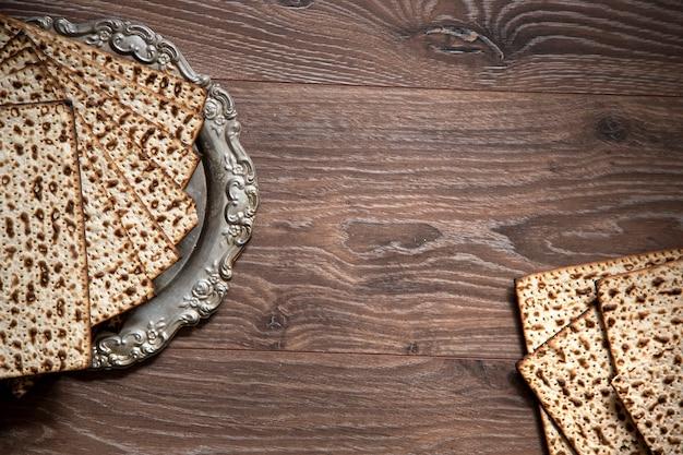 유월 배경. 유월절 유대인. 나무 테이블에 matzah. 텍스트를위한 공간