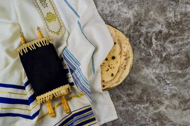 Песах израильский хлеб-маца на еврейский праздник со священной религиозной книгой в свитке торы