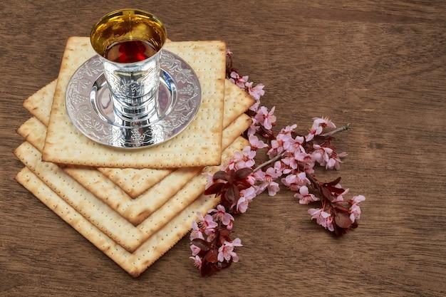 Pesachワインとマッツォのユダヤ人の過越祭のパンのある静物