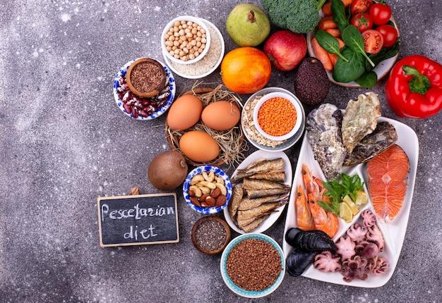 해산물 과일과 채소를 사용한 페세 테리아 식 식단