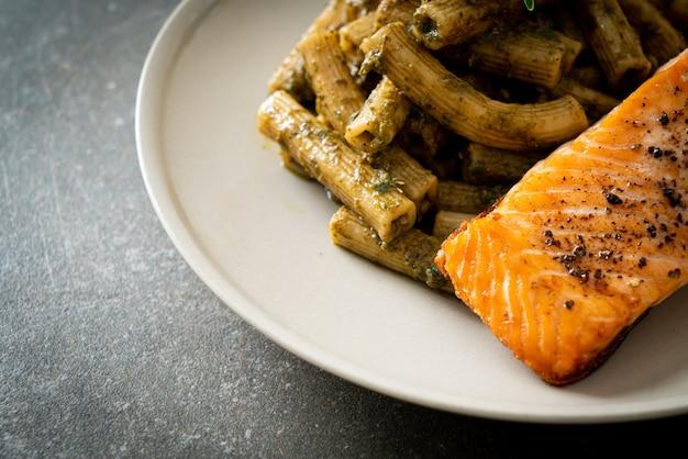 Паста песто квадротто пенне со стейком из филе лосося на гриле