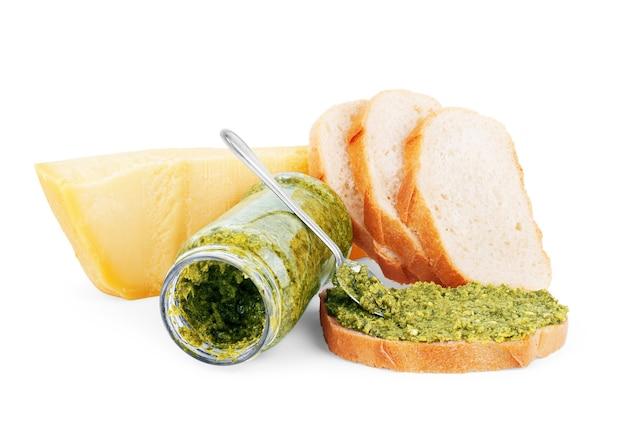 ペストソース、パルメザンチーズ、白い背景の上のパン