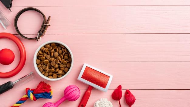 Концепция натюрморта аксессуары для домашних животных на деревянном столе