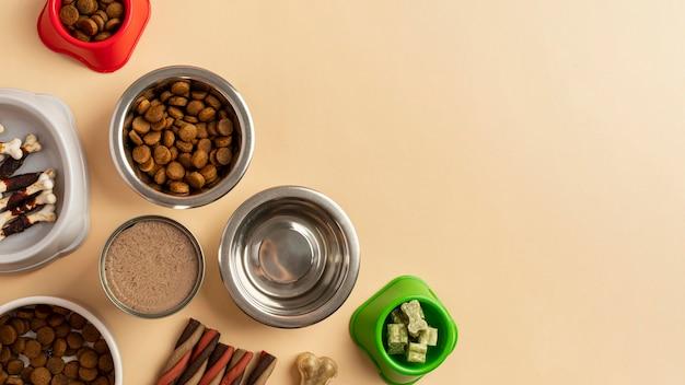Концепция натюрморта аксессуаров для домашних животных с мисками разного размера