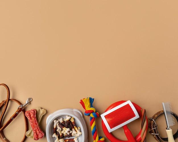 Accessori per animali ancora il concetto di vita con vari oggetti e dolcetti per la toelettatura