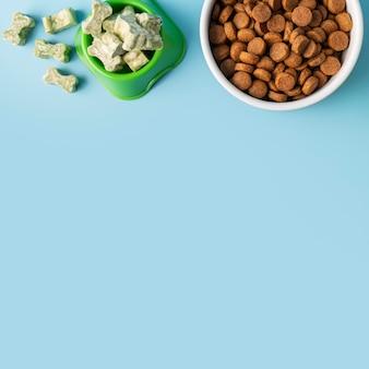 Натюрморт аксессуары для домашних животных с мисками для еды