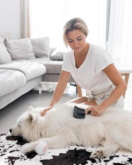 Домашнее животное и женщина проводят время вместе