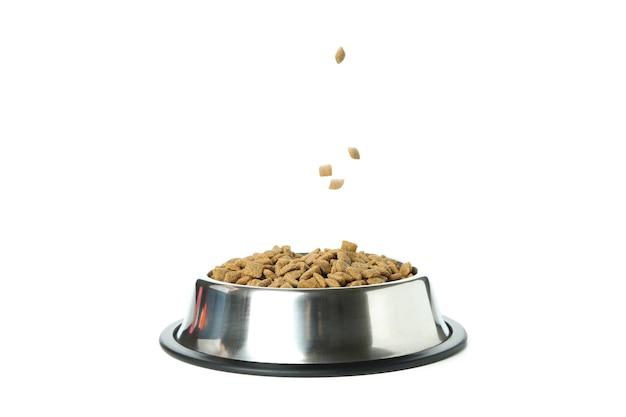 Миска для домашних животных с кормом, изолированные на белом фоне