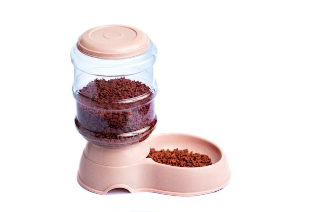 애완 동물 건조 식품 저장 식사 공급기 디스펜서 또는 흰색 배경에 애완 동물 식품 디스펜서