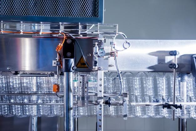 ペットボトルブロー機。ペットボトルのブロー用petプリフォーム。加熱プロセス。