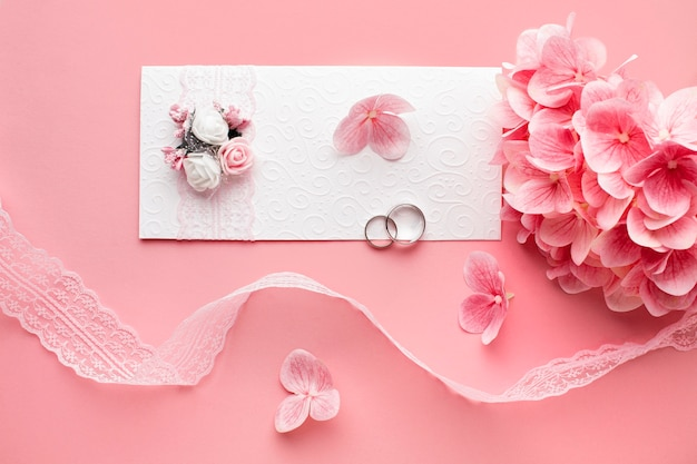 Лепестки и роскошные свадебные канцелярские принадлежности, вид сверху