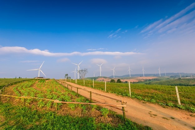 Ветряная турбина для производства электроэнергии в као кхо, petchaboon, таиланд