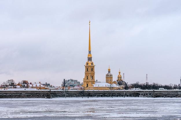 Петропавловская крепость в зимний день санкт-петербурга.