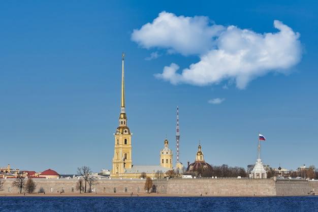 ネヴァ川のピーターとポールの要塞。ロシア、青い空を背景にしたサンクトペテルブルクの街並み