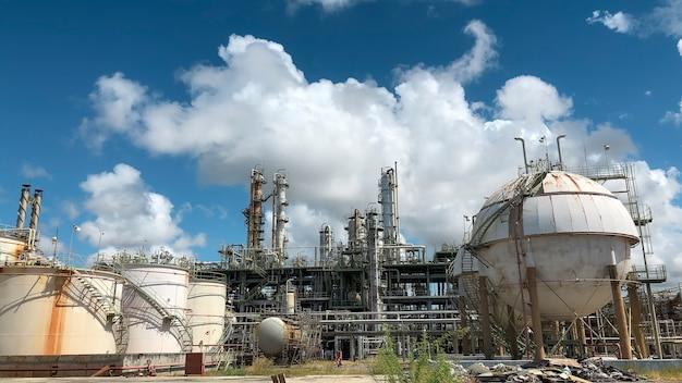 石油化学産業プラントと白い曇り