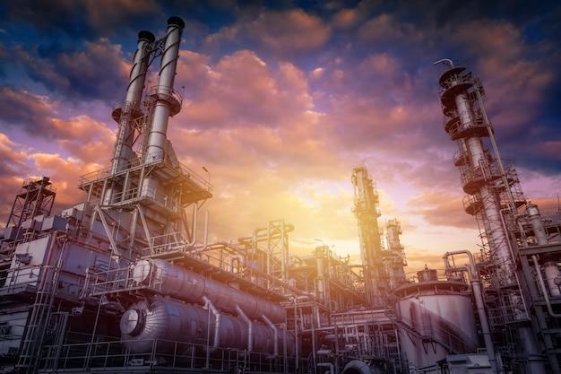 일몰에 석유 화학 산업 공장