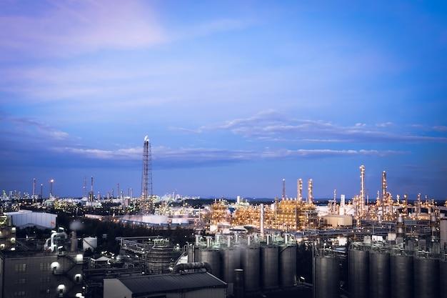 夕暮れ時の石油化学産業プラント