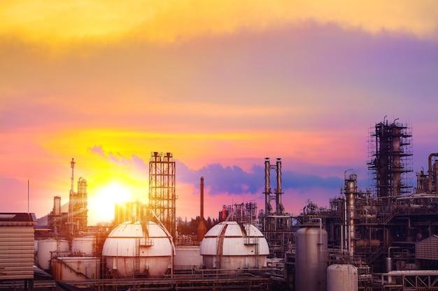 일몰 하늘 배경에 석유 화학 산업 공장