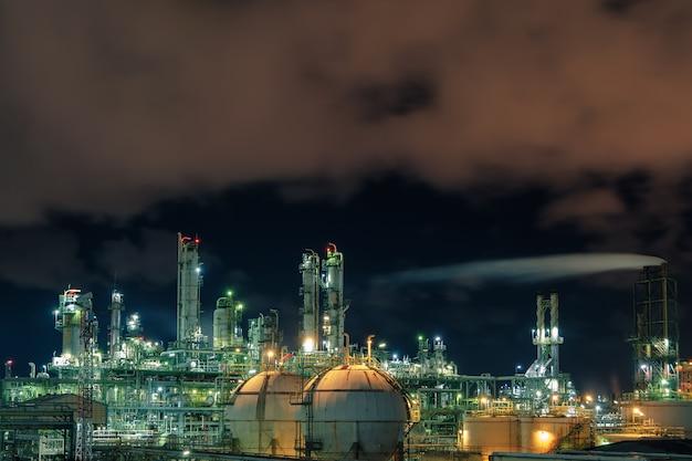 夜の石油化学産業プラント
