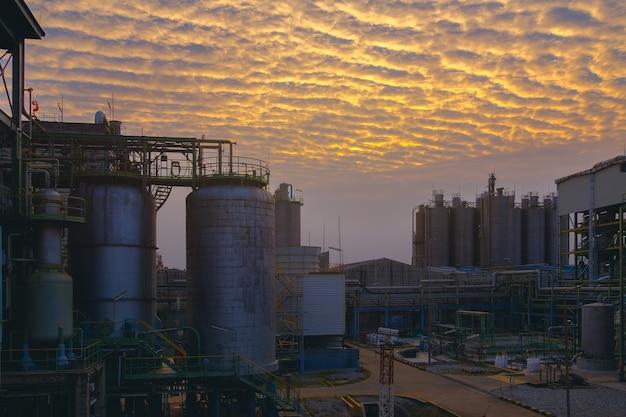 하늘 일몰 배경에 석유 화학 산업 공장, 석유 산업의 제조