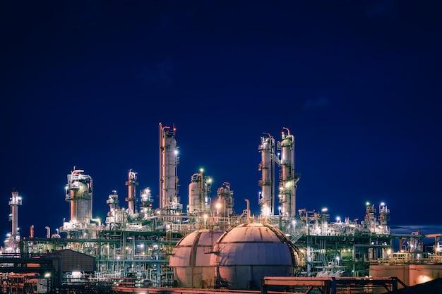 夕暮れの空の石油化学プラントと貯蔵球タンク